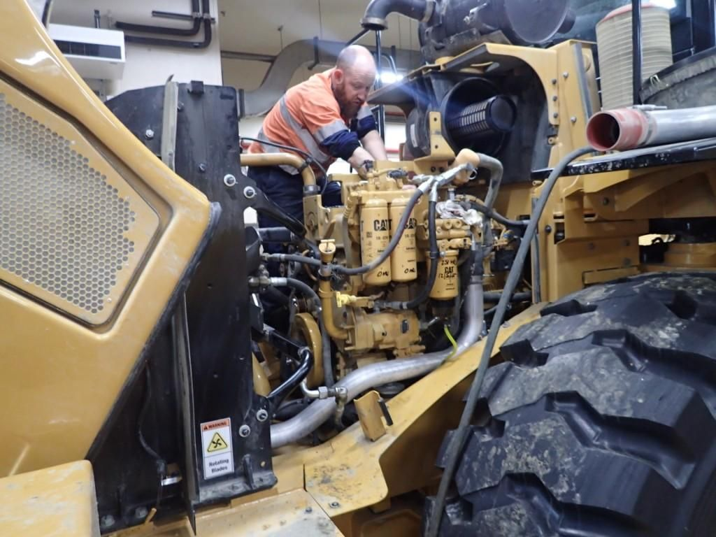drill hd fitters fifo pilbara terex cat heavy equipment